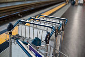 Bagagewagens in treinstation — Stockfoto