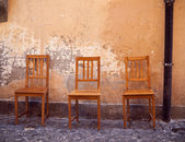 Vintage chairs near old wall — ストック写真