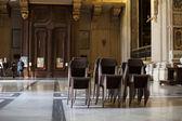 Stoelen in kathedraal hall — Stockfoto