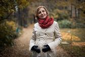 秋の公園できれいな女性 — ストック写真