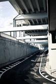 Straße unter der Brücke — Stockfoto