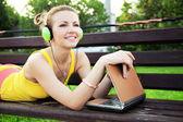 Bella donna avere riposo nel parco con il portatile — Foto Stock