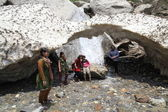 Glacial arch in the Himalayas.Group photo of an Indian family — Stock Photo