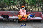 The pilgrim resting on the bench. North India — Stock Photo