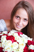 A girl with a bouquet of roses. — Stock Photo