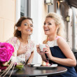 Two beautiful young women — Stockfoto