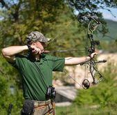 森の中で現代弓ハンター — ストック写真