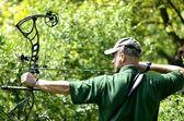 Moderne boog jager in het bos — Stockfoto