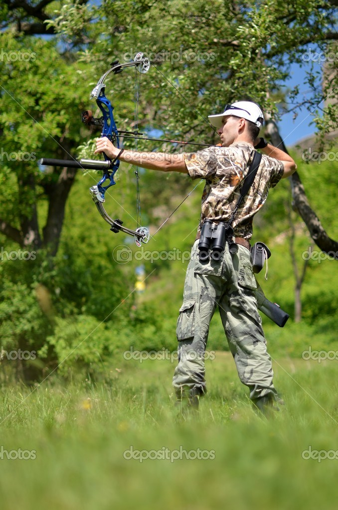 Young archer training with the bow — Stock Photo #10757162