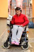 Joven inválida en silla de ruedas — Foto de Stock