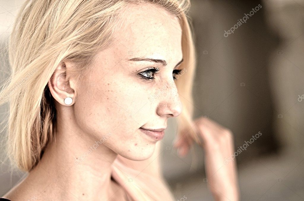 Beautiful Blonde Girl — Stock Photo #11287595