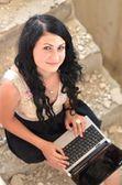 Dizüstü bilgisayar ile muhteşem bir kadın — Stok fotoğraf