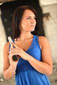銃を保持若い美しい女性 — ストック写真
