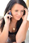 彼女の携帯電話で話している美しい女性 — ストック写真