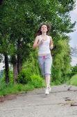 молодая женщина, бегом через парк — Стоковое фото