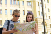 Young couple sightseeing on vacation — Stock Photo