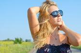 Kvinna njuter av sommarsolen — Stockfoto