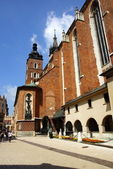 St Mary's Church,Kosciol Mariacki, at the main Market Square in Cracow, Poland — Stock Photo