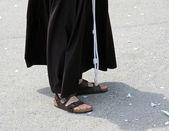 A piedi nudi con sandali e l'abitudine di un frate — Foto Stock