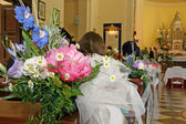 Flowers to adorn the nave of the Church during a wedding — Stock Photo