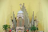 Wnętrze kościoła narządów, krucyfiks i kwiaty — Zdjęcie stockowe