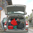 Family car ready to go with the trunk full of suitcases — Stock Photo