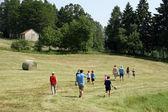 Gezinnen die op het gras in de bergen naar het doel lopen — Stockfoto