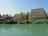 Old huts and piles of straw and wood where they dwelled fisherme — Stock Photo