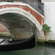 Gondola passing under the bridge in Venice — Stock Photo