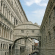Bridge of sighs in Venice wedged between two palaces - Lizenzfreies Foto