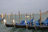 Gondels afgemeerd in de lagune van Venetië — Stockfoto