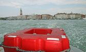 Salvagente di un traghetto appena navigato da Venezia — Foto Stock