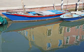 Reflection of colorful houses on the island of Burano in the cha — Photo