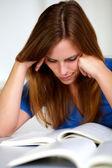 Hermosa joven estudiando — Foto de Stock