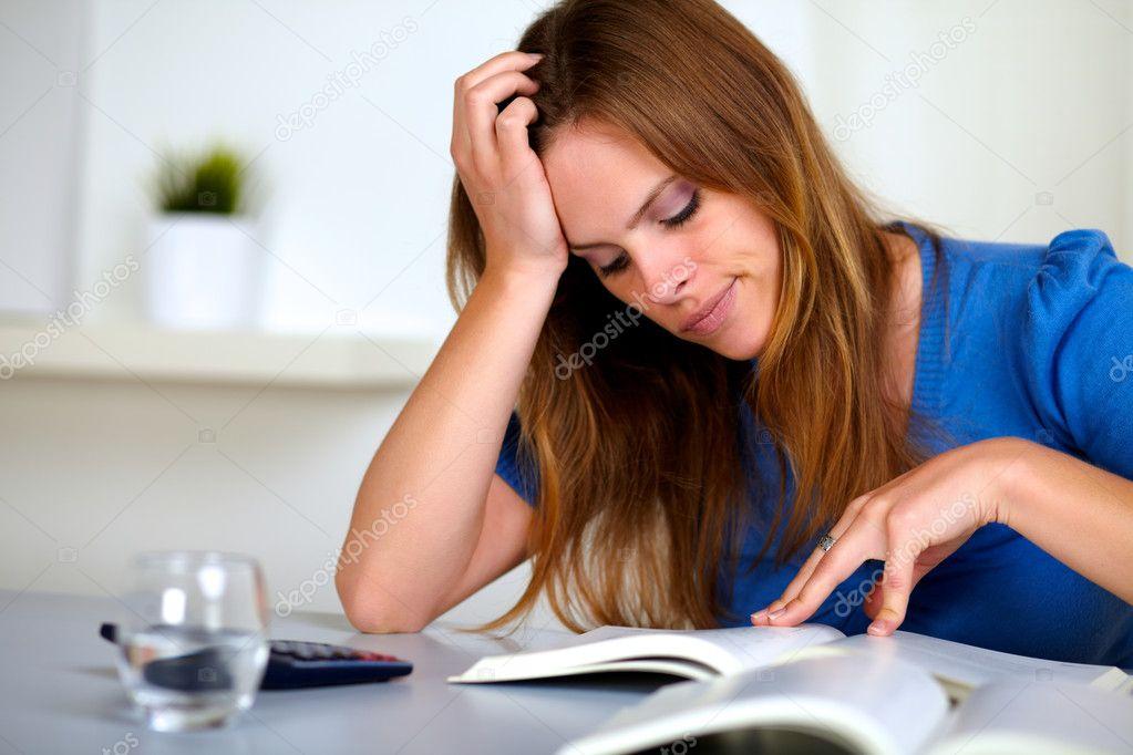 Estudiante adulto leyendo con fluidez