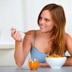 muy hermosa mujer sonriendo y comiendo — Foto de Stock   #11276216