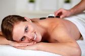 Ontspannen vrouw ontvangen van een massage in spa — Stockfoto