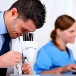 δύο ιατρικά τους συναδέλφους που εργάζονται στο εργαστήριο — Φωτογραφία Αρχείου