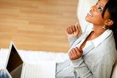 Positiva afro-american ung kvinna tittar upp — Stockfoto
