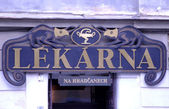 El letrero sobre la farmacia - lekarnya. república checa — Foto de Stock