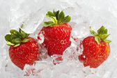 Fresh ripe strawberries with ice cubes — Stock Photo