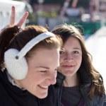 アイス スケートしながら楽しい時を過す 2 人の若い女性 — ストック写真