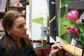 Mujer de compras para una nueva foto — Foto de Stock