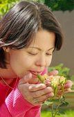 Frau riechen von rosen — Stockfoto