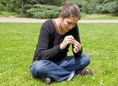 Young woman plucking the daisy — Stock Photo
