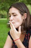Vrouw buiten roken — Stockfoto