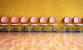 ピンクの空のプラスチック椅子 — ストック写真