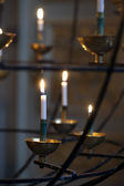 зажженные свечи в церкви — Стоковое фото