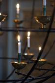 Brandende kaarsen in kerk — Stockfoto