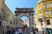 Ancient roman Arch in Pula center in Slovenia — Foto de Stock